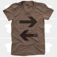 MEDIUM CONTROL | TRAVEL ARROWS EAST/WEST | Tシャツ (brown) | レディースMサイズ