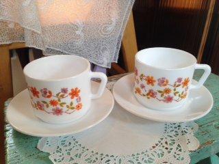 フランス アルコパル社(arcopal) ミルクガラスの カップ&ソーサーペア オレンジのお花