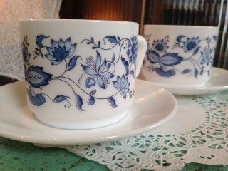 フランス アルコパル社(arcopal) ミルクガラスの カップ&ソーサーペア ブルーのお花