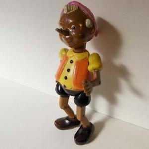 古いプラスチックでできたピノキオの人形