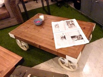 今なら送料無料、パイン材のレトロなロンハーマン風、白のアイアン車輪の110㎝幅センターテーブル