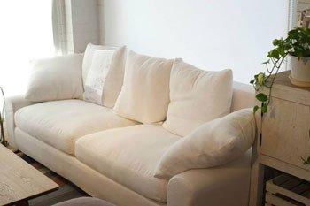 今なら送料無料!柔らかなクッションのボリューム感が印象的なカバーリング仕様の上品な布張り3Pソファーアイボ…