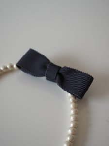 【JULY/NINE +petit】 おリボン付きコットンパールネックレス33cm/チャコール