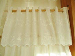 綿ボイル カフェカーテン(両面スカラップ)ローズ刺繡30�