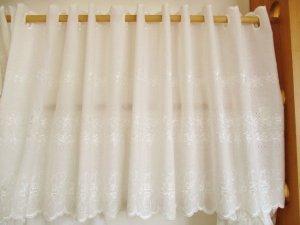 綿ボイル カフェカーテン(両面スカラップ)ローズ刺繡45�