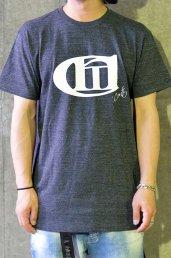 'Conti(コンマコンティ)T-SHIRT FES!! Logo T-SHIRT / チャコール×ホワイト