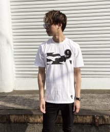 qwerty - クワーティ Emboss Hide BlackCamo T-shirt / WHITE<img class='new_mark_img2' src='https://img.shop-pro.jp/img/new/icons15.gif' style='border:none;display:inline;margin:0px;padding:0px;width:auto;' />