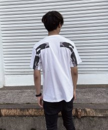 qwerty - クワーティ Back Hide BlackCamo T-shirt / WHITE<img class='new_mark_img2' src='https://img.shop-pro.jp/img/new/icons15.gif' style='border:none;display:inline;margin:0px;padding:0px;width:auto;' />