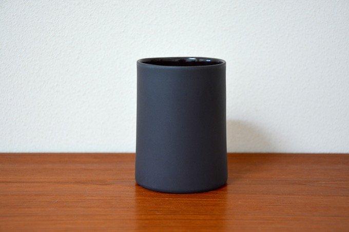 フィンランド陶器作家のティーカップ/湯のみダークグレイ