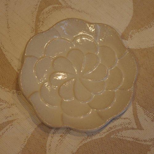 よしざわ窯さんの白いコサージュの豆皿