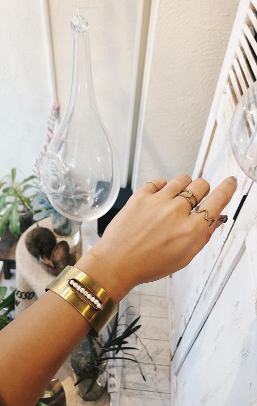 ora ten white beads × gold bangle