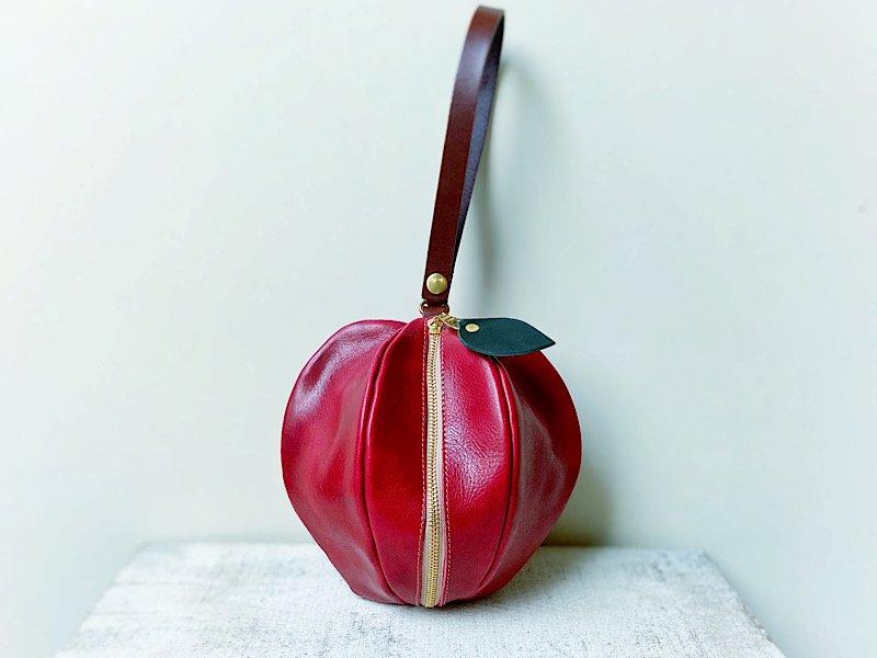 【受注製作(納期約3週間)】国産オイルレザーのりんご巾着風ミニポーチ 「pomme」(りんご飴色)