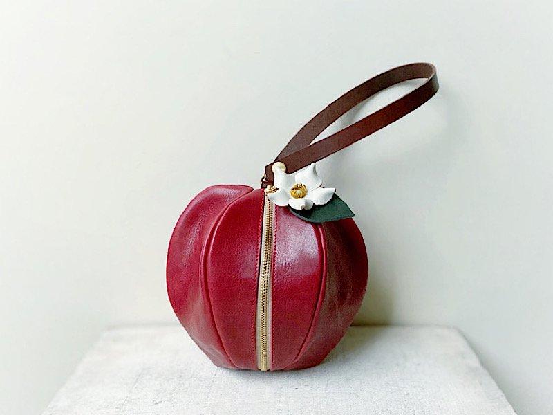 【受注製作(納期約3週間)】国産オイルレザーのりんご巾着風ミニポーチ 「pomme」(りんご飴色・お花付き)