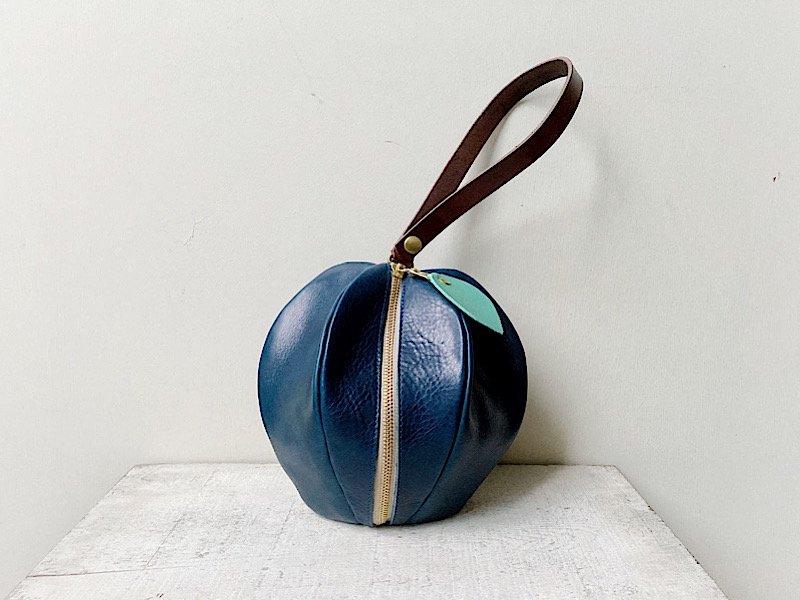 【10/31まで期間限定販売◆受注製作(納期約2週間)】国産オイルレザーのりんご巾着風ポーチ「pomme」 ハロウィンの青りんご