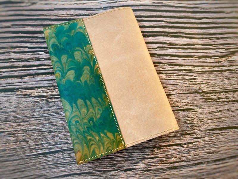 【一点モノ!即発送可能です】エイジングが楽しめる、国産吟スリヌメ革×マーブル染め革のブックカバー(No.56)