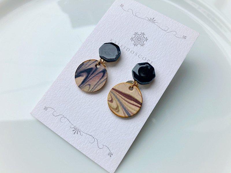 マーブル革と陶のイヤリング(ブラック×セピア)