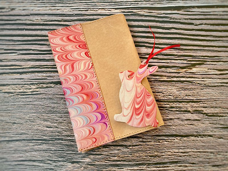 【一点モノ!】エイジングが楽しめる、国産吟スリヌメ革×マーブル染め革のブックカバー◆しおり付き(No.78)