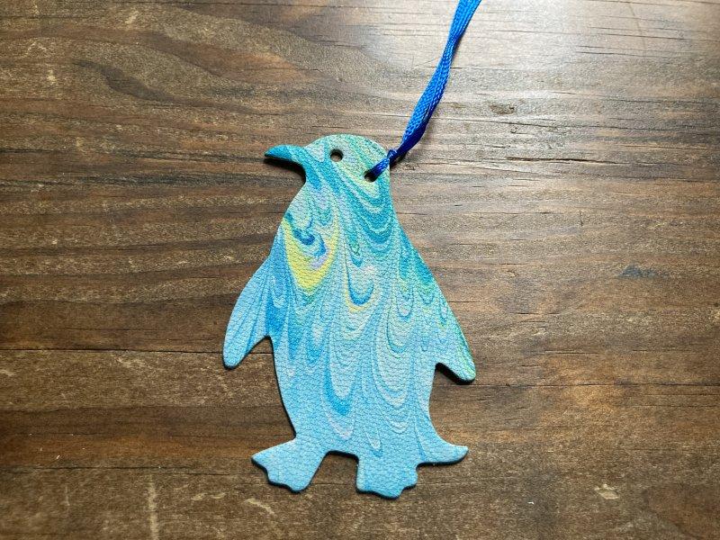 【送料無料】一点物!マーブル染め革のブックマーカー(ペンギン)