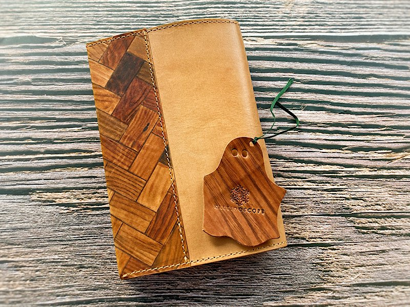 【一点モノ!即発送可能です】エイジングが楽しめる、手描き木目革×国産吟スリヌメ革のブックカバー