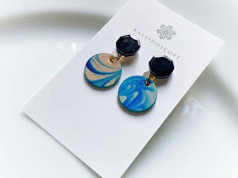 マーブル革と陶のイヤリング(ブラック×ブルー)