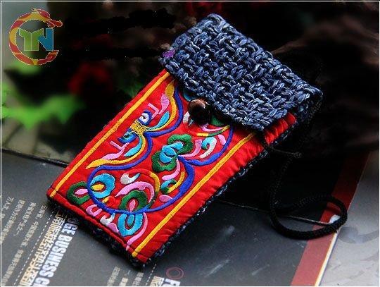 雲南省苗族手刺繍のポーチ(赤)