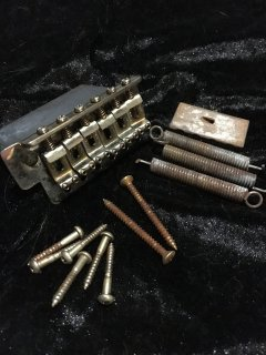 Fenderフェンダー純正 VINTAGE-STYLE STANDARD SERIES STRATOCASTER TREMOLO ASSEMBLIES Relic 0071014049送料無料
