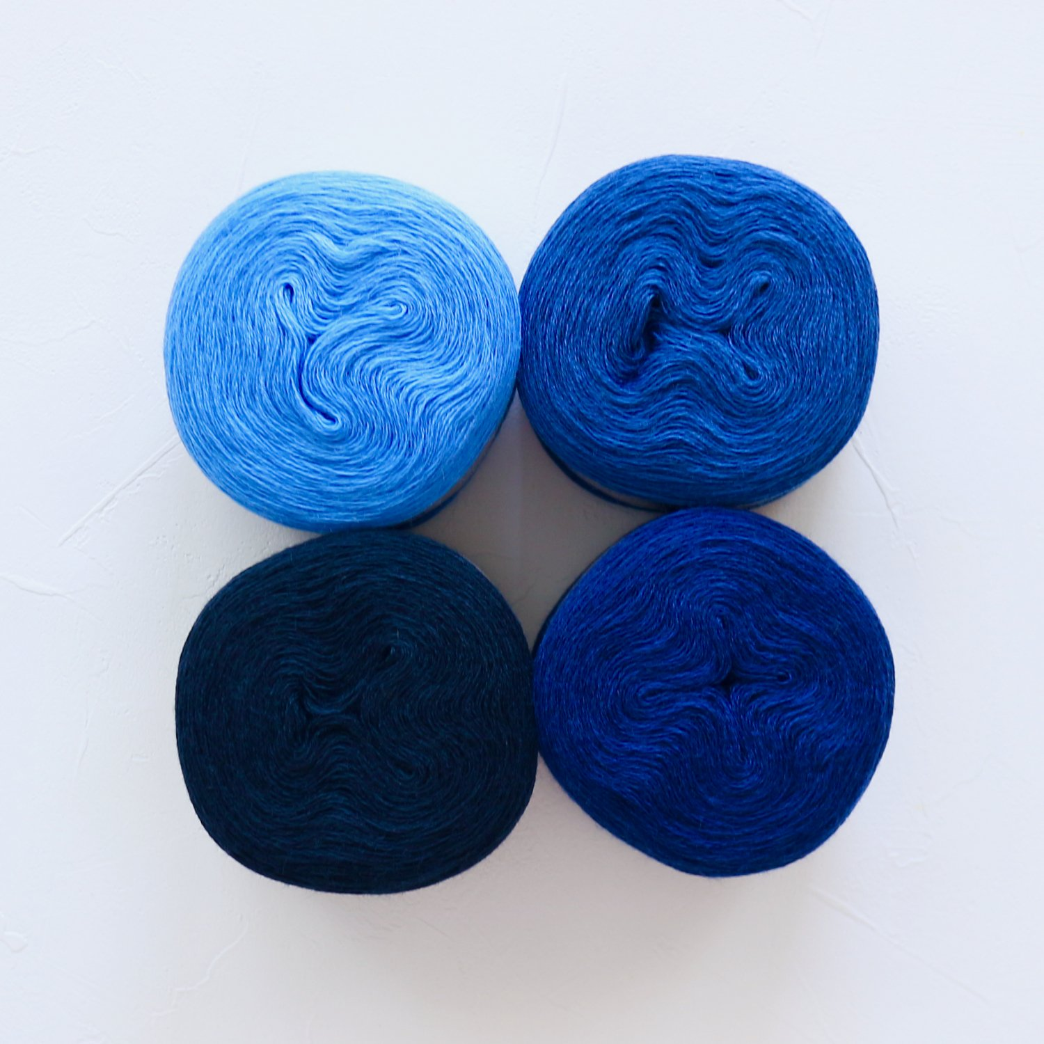 【Jolly knits】<br>Gradient Yarn Merino 3PLY(500m × 4色)<br>【ブルーC】