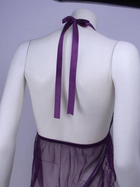 サイドスリットがセクシーな紫のシースルーランジェリー 背面のアップ