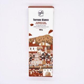 <img class='new_mark_img1' src='https://img.shop-pro.jp/img/new/icons58.gif' style='border:none;display:inline;margin:0px;padding:0px;width:auto;' />Sabadi Torrone Bianco con Mandorle e Fave di Cacao サバディ トッローネ ビアンコ・コン・マンドルレ・エ・ファーヴェ・ディ・カカオ