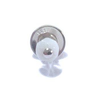 天然素材の小さなピアス(白珊瑚/シングル) ☆数量限定品
