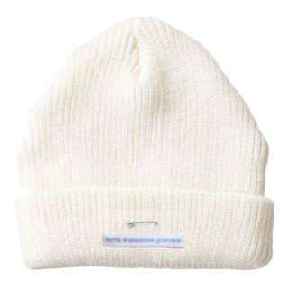 銀の安全ピンのビーニー/ニット帽(オフホワイト)