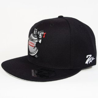 Ash Collection & CONART <br>SNAPBACK CAP (BLACK)<img class='new_mark_img2' src='//img.shop-pro.jp/img/new/icons47.gif' style='border:none;display:inline;margin:0px;padding:0px;width:auto;' />
