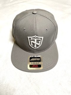 <img class='new_mark_img1' src='https://img.shop-pro.jp/img/new/icons1.gif' style='border:none;display:inline;margin:0px;padding:0px;width:auto;' />TOPNATION SHIELD<br>SNAPBACK CAP<br>(GREY)