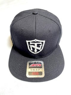 <img class='new_mark_img1' src='https://img.shop-pro.jp/img/new/icons1.gif' style='border:none;display:inline;margin:0px;padding:0px;width:auto;' />TOPNATION SHIELD<br>SNAPBACK CAP<br>(BLACK)