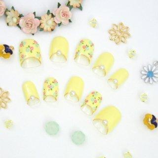 クリームイエローの小花ローズ柄ネイル