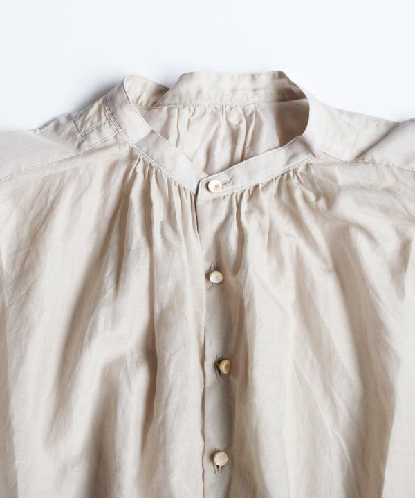 ballon-sleeve blouse<img class='new_mark_img2' src='//img.shop-pro.jp/img/new/icons1.gif' style='border:none;display:inline;margin:0px;padding:0px;width:auto;' />