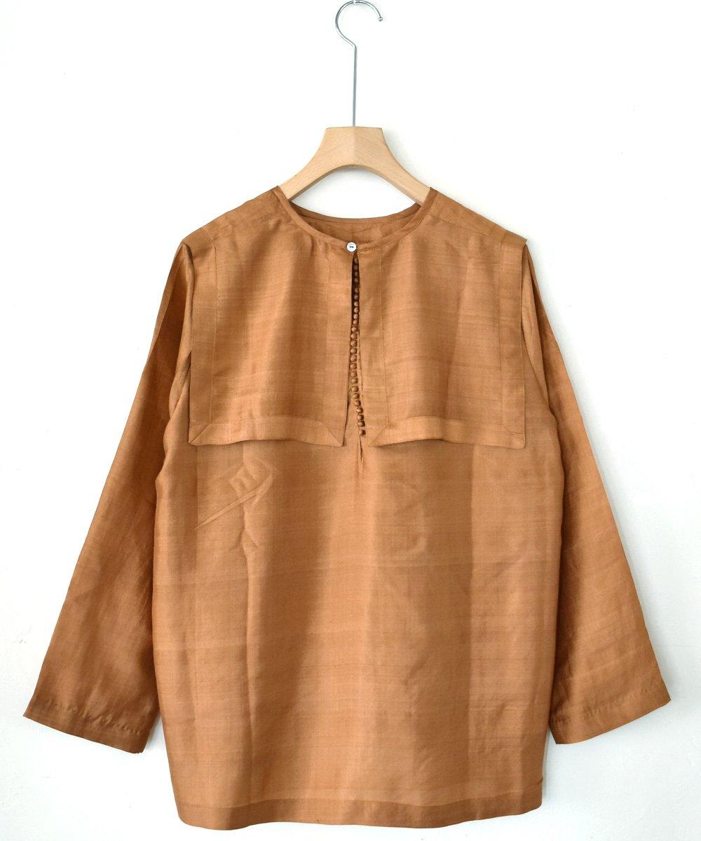 【 予約商品 -2021年9月お届け予定- 】Khadhi Silk Back Button Sailor Blouse(ダークマスタード)  <img class='new_mark_img2' src='https://img.shop-pro.jp/img/new/icons1.gif' style='border:none;display:inline;margin:0px;padding:0px;width:auto;' />