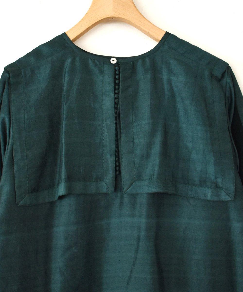 【 予約商品 -2021年9月お届け予定- 】Khadhi Silk Back Button Sailor Blouse(ダークグリーン)  <img class='new_mark_img2' src='https://img.shop-pro.jp/img/new/icons1.gif' style='border:none;display:inline;margin:0px;padding:0px;width:auto;' />
