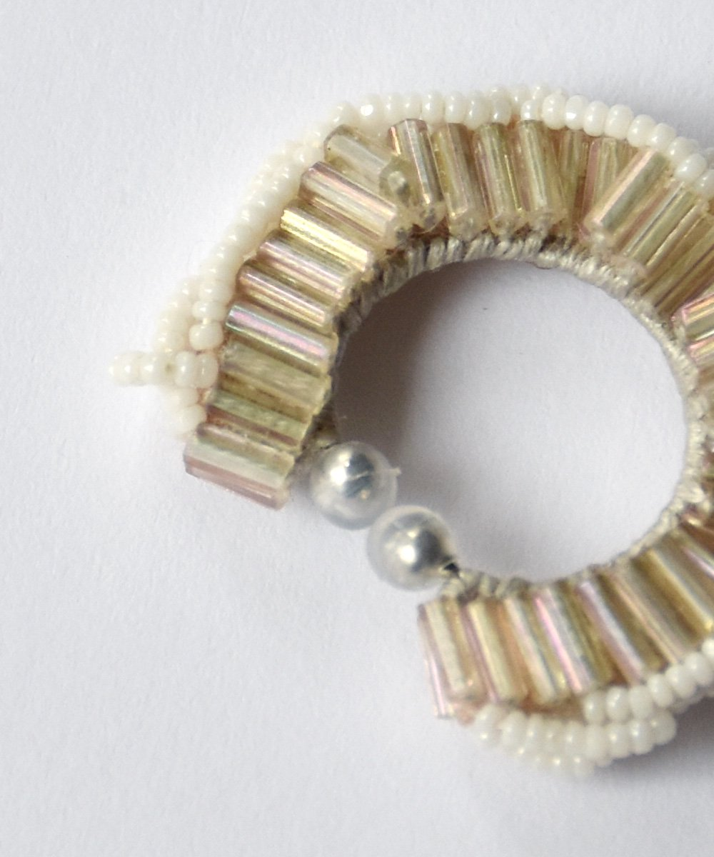 Cold day(white) / ear cuff<img class='new_mark_img2' src='https://img.shop-pro.jp/img/new/icons1.gif' style='border:none;display:inline;margin:0px;padding:0px;width:auto;' />