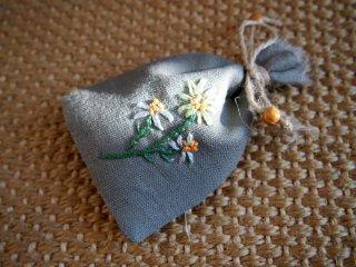 ハンドメイドのポプリ 手刺繍のリネンのサシェ(ラヴェンダー)