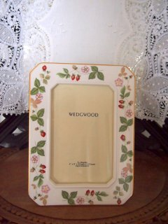 <img class='new_mark_img1' src='//img.shop-pro.jp/img/new/icons8.gif' style='border:none;display:inline;margin:0px;padding:0px;width:auto;' />WEDGWOOD ウエッジウッド ワイルドストロベリー スクエア型ピクチャーフレーム