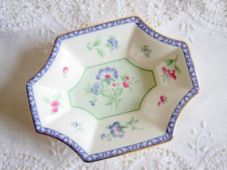 【Wedgwood】  Bicentenary Celebration カーネーションの絵柄MEADOW FIELDS 器<img class='new_mark_img2' src='//img.shop-pro.jp/img/new/icons8.gif' style='border:none;display:inline;margin:0px;padding:0px;width:auto;' />