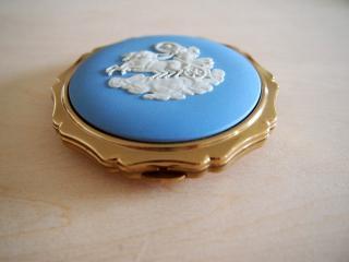 イギリス製 【ストラットン×ウェッジウッド】カメオ装飾 コンパクト/ブルー