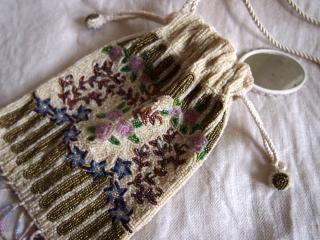 ビーズ織りのバラの柄 ポシェット型パーティバッグ