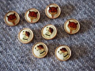 イギリス製 キツネとフォックステリアの絵柄のボタン 金属製 8個セット