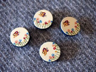 木製 手描きの小花と蝶のボタン 4個セット