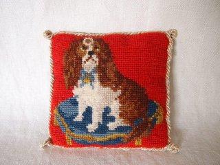 イギリス製 ウール刺繍のスパニエル犬模様 ニードルポイントのミニクッション