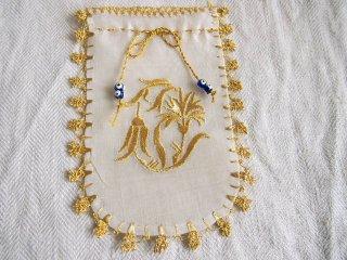 トルコの工芸品 刺繍飾りとオヤのあるサシェ ゴールドの花