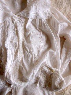 イギリスのヴィンテージ 白刺繍、カットワーク、クロッシェ飾りのコットンブラウス