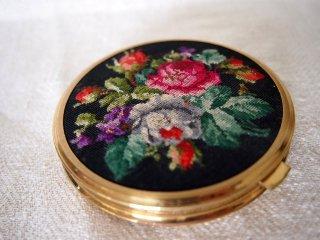 黒地に華やかなバラのプチポワン飾り ミラー&コンパクト